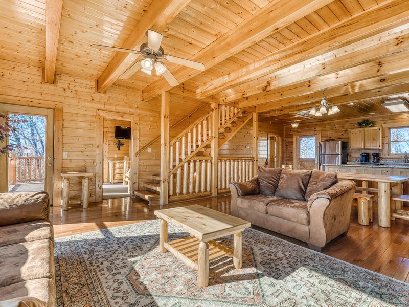 Spacious cabin w/ private hot tub, game room, & mountain views - shared pool!, alquiler de vacaciones en Gatlinburg