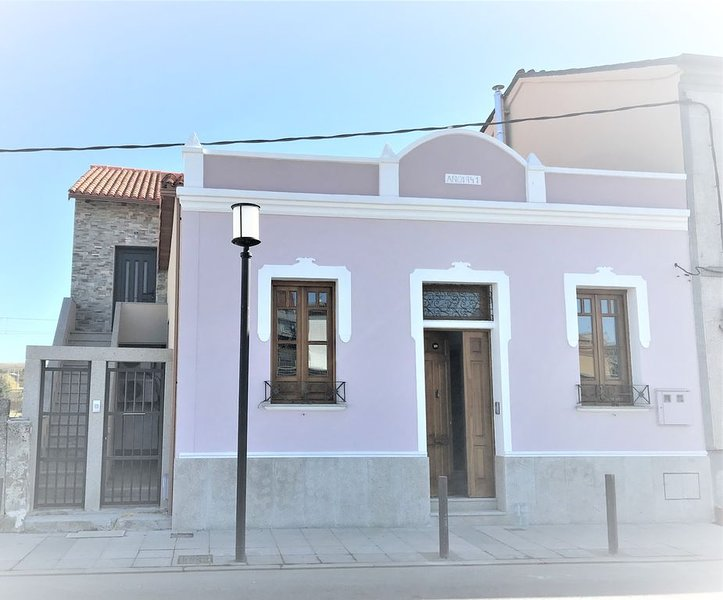Restored historic home in medieval wine region town of Monforte de Lemos, Spain, Ferienwohnung in Panton