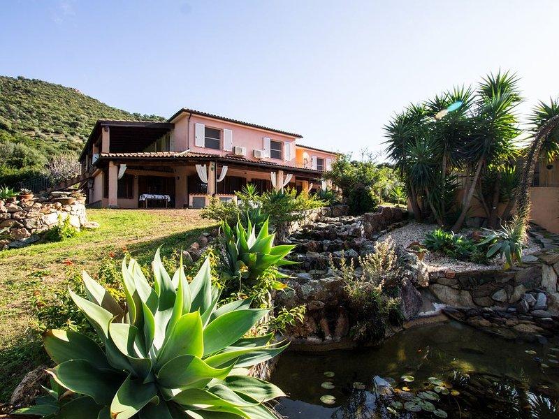 1B - Accogliente casa con giardino a 1,6 km dalla spiaggia, casa vacanza a Tertenia