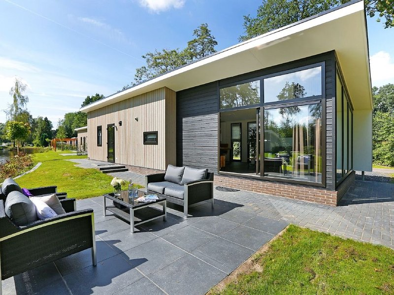 Modern chalet with nice sliding doors, near Lochem, vacation rental in Hengelo