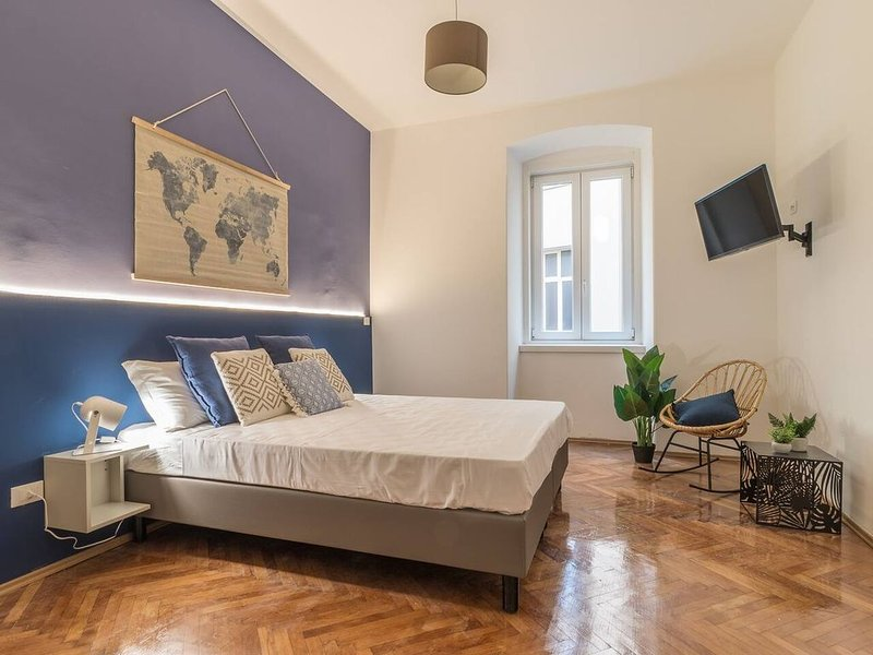 Elegant 8 seats★near the Station★Grey and Blue★Free Wifi, holiday rental in Grignano