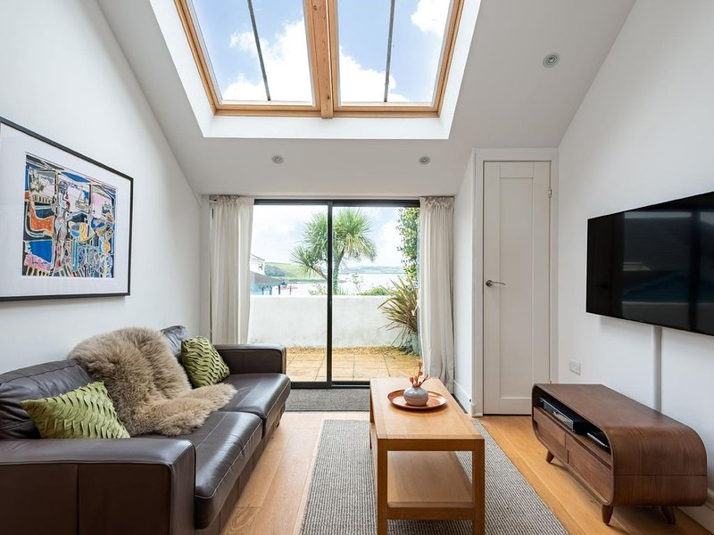 A bright & spacious flat in central Falmouth with stunning views over the estuar, alquiler vacacional en Falmouth