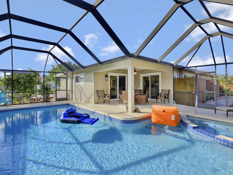 BOUTIQUE BLISS:  4-Bedroom Sleeps 12 w/Outdoor Entertainment at Vanderbilt Beach, holiday rental in Naples Park