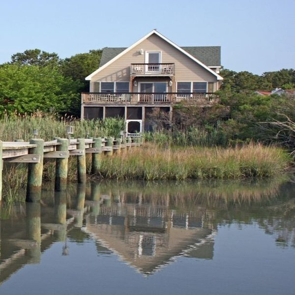 WATERFRONT HOME with PRIVATE DOCK AND STUNNING VIEWS OF THE LIGHTHOUSE & REFUGE, alquiler de vacaciones en Isla de Chincoteague