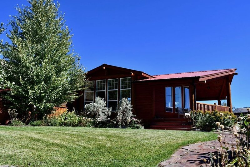 AVAILABLE YEAR ROUND - Overlooks Yellowstone Park - Great for large groups., vacation rental in Gardiner