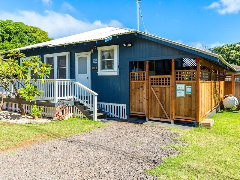 Charming Waimea Beach Cottage with A/C across the Ocean, vacation rental in Kekaha