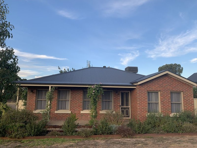 Bells HideAway--500m to Bendigo Stadium, vacation rental in Kangaroo Flat