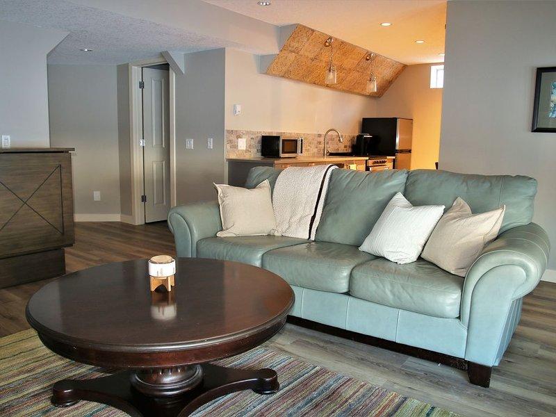 Beautiful Brand New One Bedroom Basement Suite With Murphy Bed, location de vacances à Cochrane