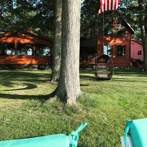 Best Lake in Southwest Michigan! Pontoon Boat included. Private beach frontage., alquiler vacacional en Paw Paw
