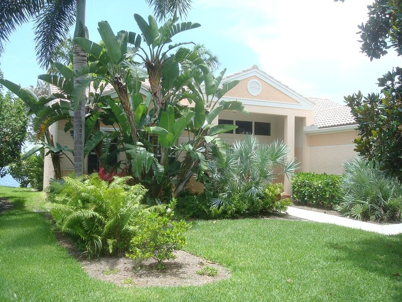 3/2 home with tropical flair overlooking  55 acre lake  with beautiful sunsets, alquiler de vacaciones en Pelican Bay