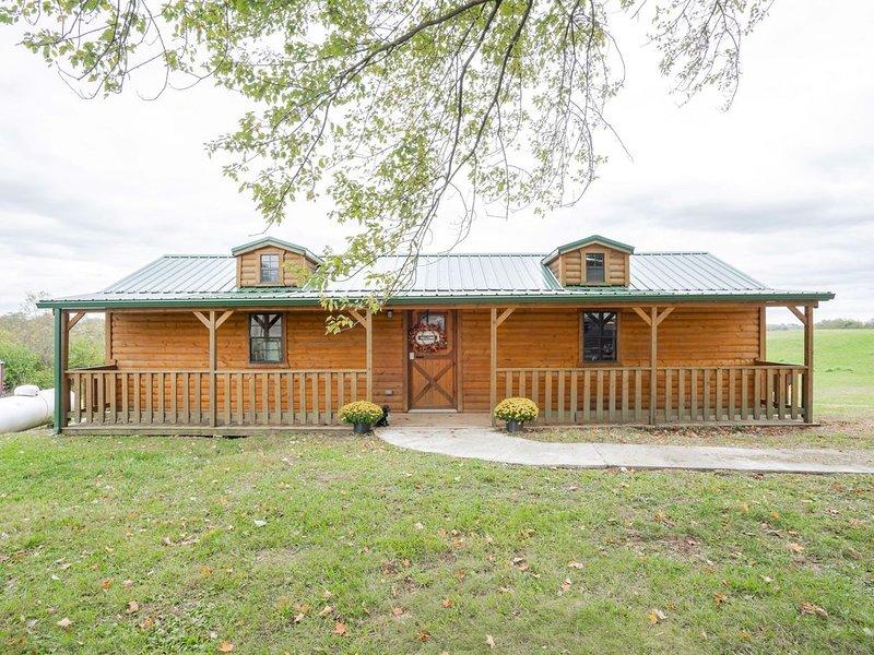 Cozy Cabin near Ark! Adam and Eve's Retreat, alquiler de vacaciones en Crittenden