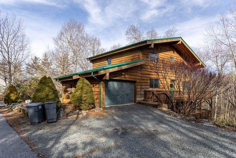 Black Bear Lodge at LLH - Spacious House! Game Room! Fire pit! Land Harbor Ameni, casa vacanza a Newland