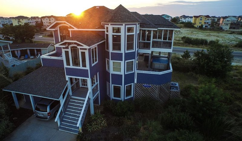 Bluewater! Bright 5BR 3.5BA, Sleeps 12, Hot tub, Bikes! Quick walk to beach! – semesterbostad i Corolla