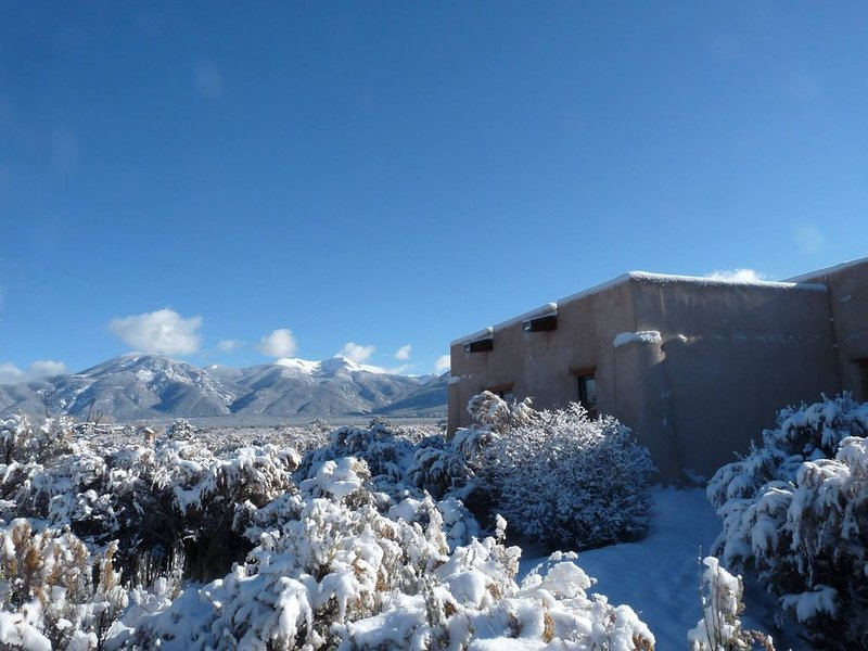 Casa De Luz-1.3+ Acre-Fenced Yard-Hot Tub-Free Wifi-Mtn Views, holiday rental in Taos