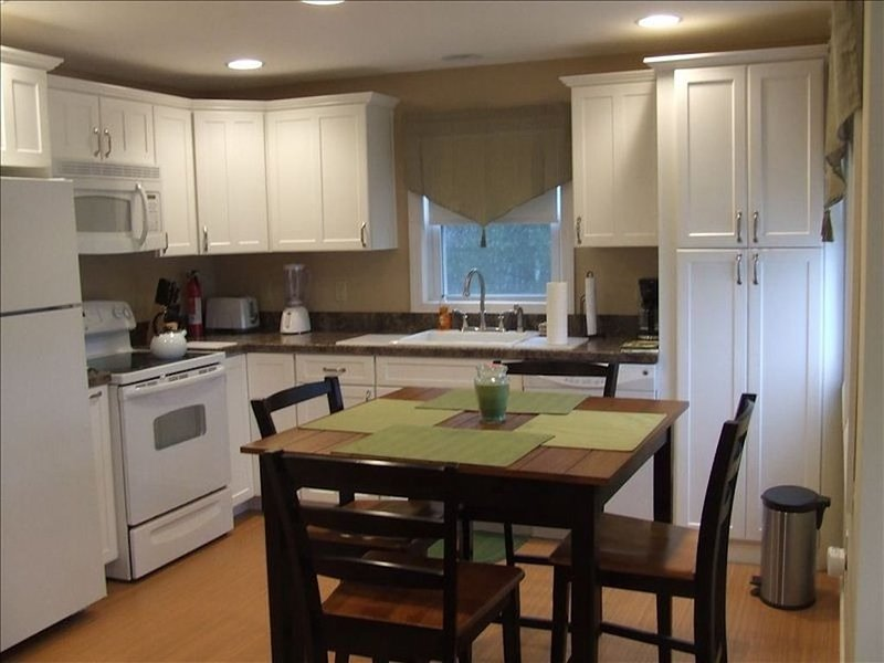 Beautifully Renovated Beach Block 2-Bedroom Unit, vacation rental in Beach Haven West