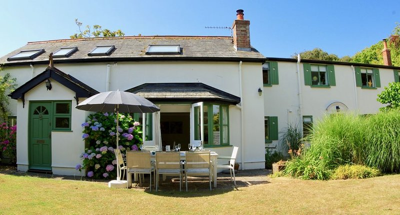 Gorgeous New Forest Cottage close to sea, fabulous for large families!, holiday rental in Downton