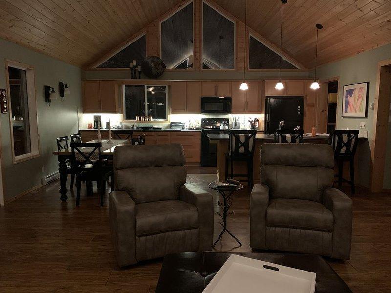 Lakefront 3 bedroom A frame 4 season cottage in Grindstone Provincial Park, holiday rental in Manitoba