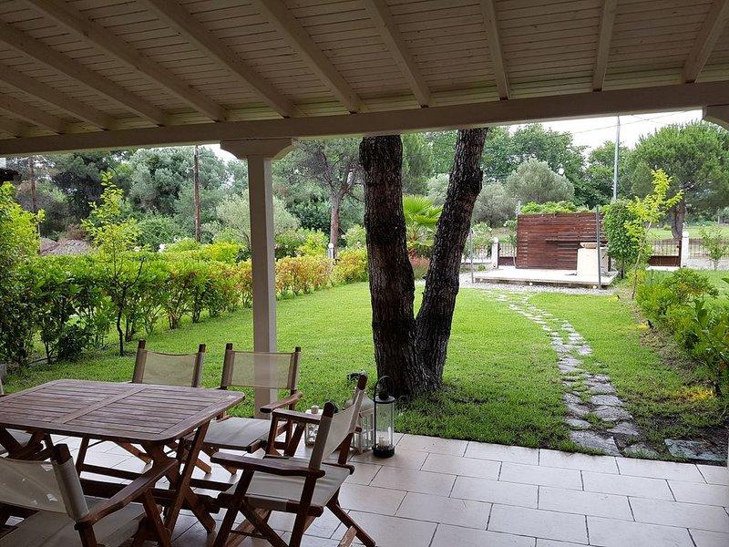 Sonnigen Haus mit Waldblick nur 200 Schritte von idyllischen Strände Karidi, holiday rental in Vourvourou