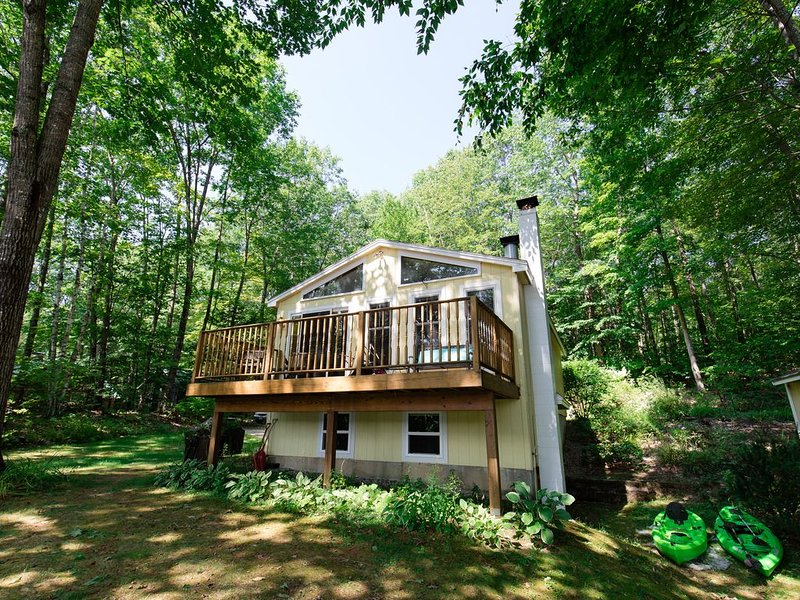 Private Waterfront Cottage in Cove with Floating Dock, aluguéis de temporada em Poland Springs