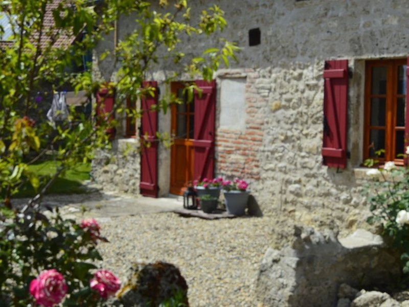 Relaxing well equipped Cottage in the natural region of Auvergne, alquiler vacacional en Chapeau
