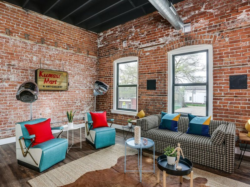 Stunning Huge Vintage Loft Minutes From Downtown!, vacation rental in Harper Woods