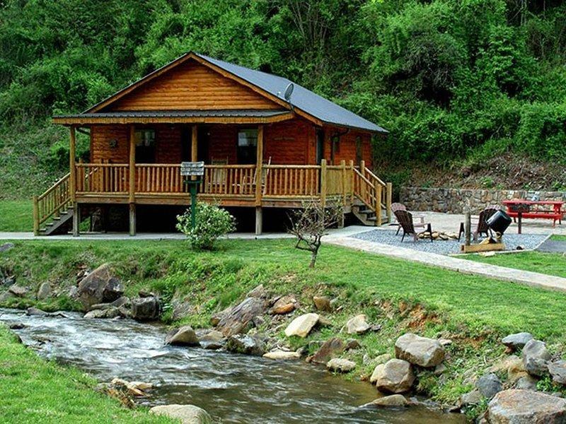 Romantic Creekside Cabin only 3 miles from Downton Bryson City!, location de vacances à Parc national des Great Smoky Mountains