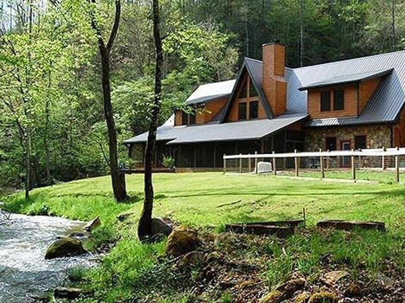 Luxury Creekside Lodge with Hot Tub & Game Room, Great for Large Groups!, location de vacances à Parc national des Great Smoky Mountains