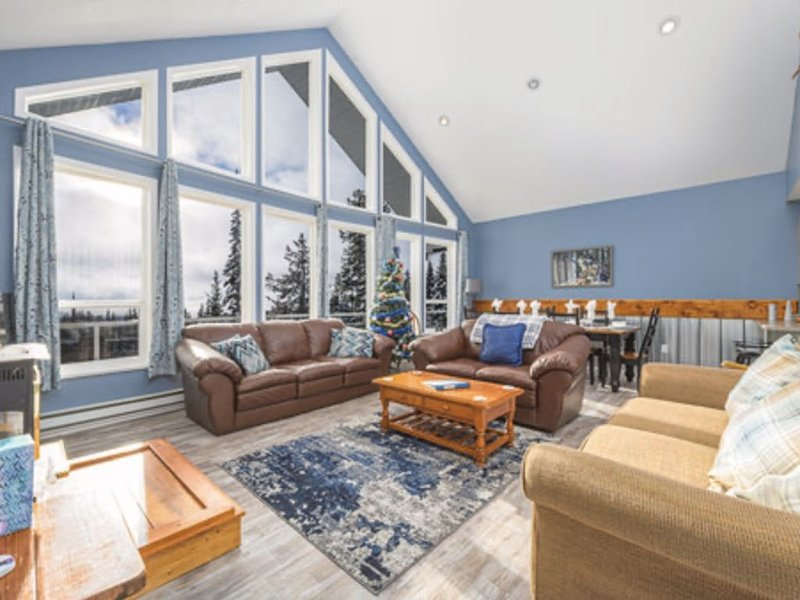 The 'Howling Wolf' is a cozy ski chalet with private hot tub on the deck. Ski in, holiday rental in Big White
