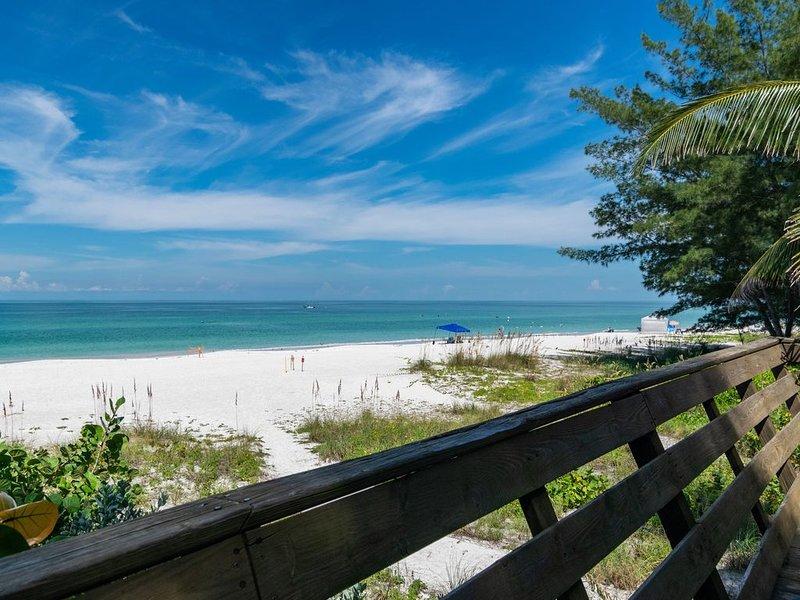 TIKI AMAZING BEACH FRONT VIEWS, holiday rental in Holmes Beach