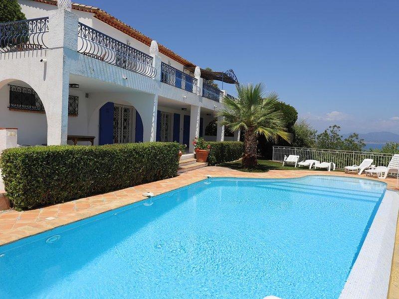 Villa vue mer exceptionnelle golfe st tropez piscine à débordement pour 9 pers, holiday rental in Les Issambres
