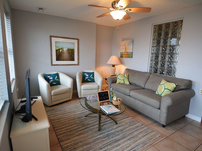Isle Of Palms Condo, Steps from the Beach, Shops, Restaurants & Bars, Free Wifi, holiday rental in Isle of Palms