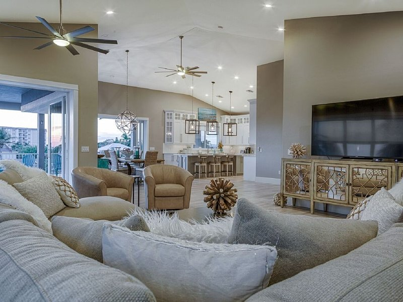 SUMMER WIND - UPSCALE BEACH HOME SLEEPS 14*, vacation rental in Fort Myers Beach