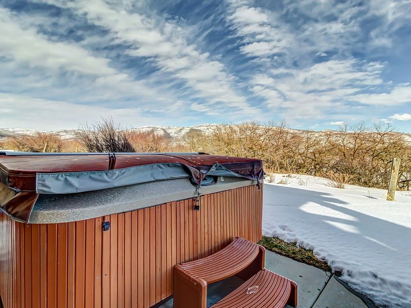Stunning lakeview townhome with hot tub offers easy access to skiing and lake!, holiday rental in Woodland