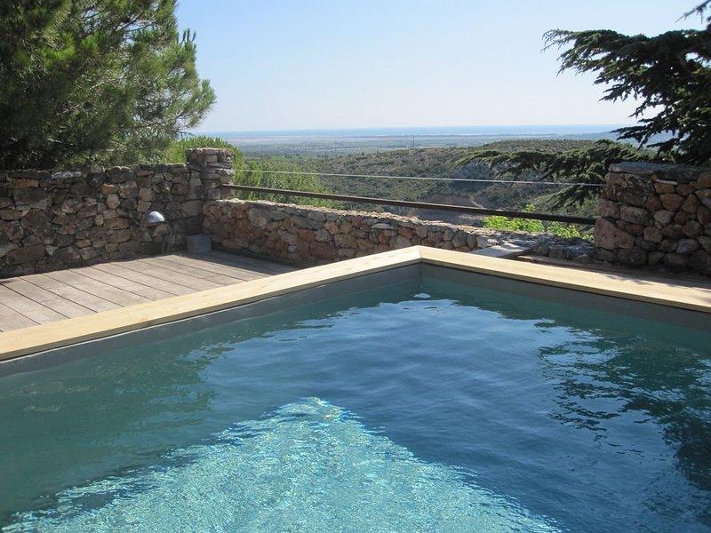 Style contemporain, vieilles pierres, vue mer., holiday rental in Treilles