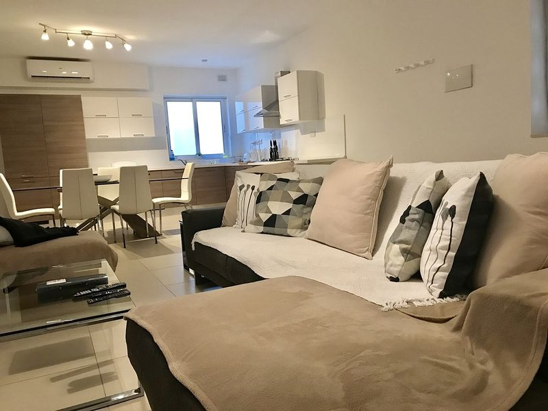 New St Paul's Bay very spacious modern 3 bedroom apartment close to sea front., vacation rental in Qawra