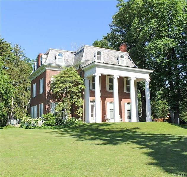 The Pillars - 8 Bedroom - Waterfront Historic Home on 3 acres, vacation rental in Youngstown