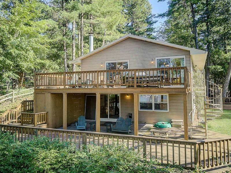 Four-bedroom home on beautiful Lake Delton, holiday rental in Merrimac
