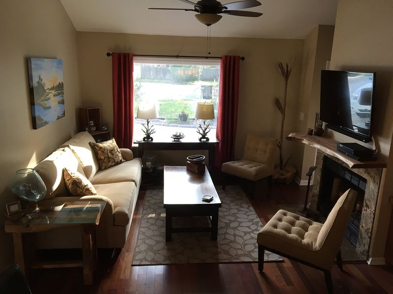 Happy Haven in Ideal Mt P Location with BIG Very Private Fully Fenced Back Yard, aluguéis de temporada em Mount Pleasant
