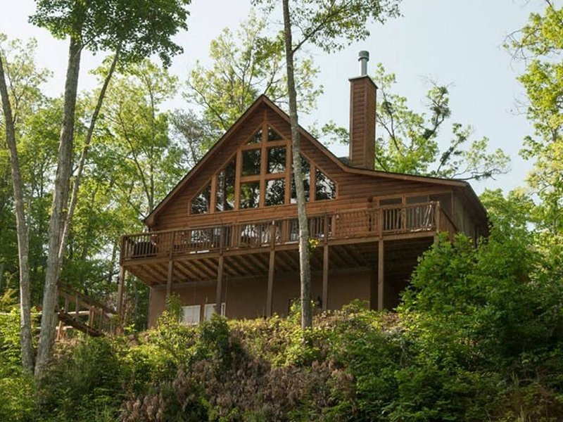 Long Range Mountain Views with Hot Tub and outdoor camp fire ring!, location de vacances à Parc national des Great Smoky Mountains