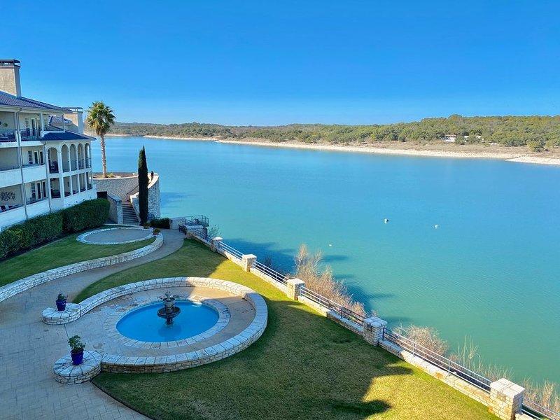 VILLA 2302 - Top Floor Lakefront Views - Private Grill - Island Amenities, casa vacanza a Lago Vista