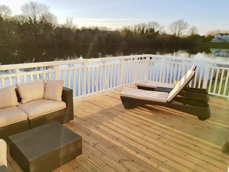 Hello and welcome to our modern lakeside holiday home !!, holiday rental in Down Ampney