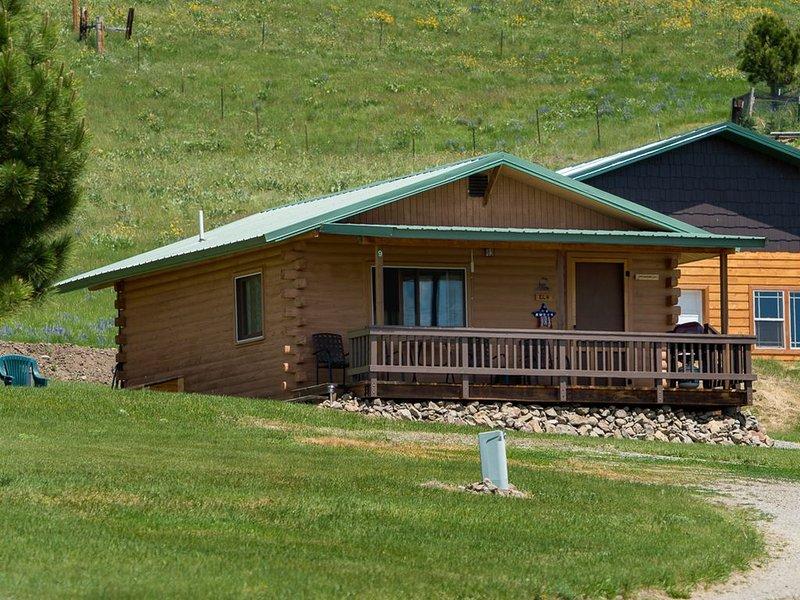 Elk Cabin sleeps 4, Rustic Charm with Breathtaking Views of Beartooth Mountains, aluguéis de temporada em Nye