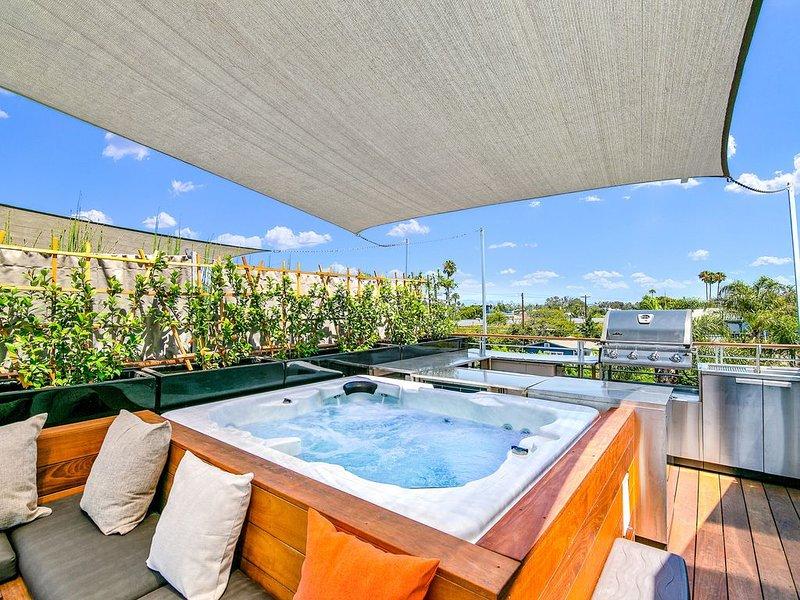 Modern Venice Beach Luxury Home with Rooftop & Spa, location de vacances à Marina del Rey