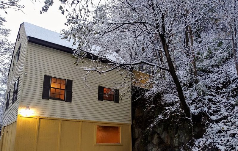 3 Floors of Vacation Home Space - Features Exercise Room, Balcony w/ Deck & More, holiday rental in Mascot