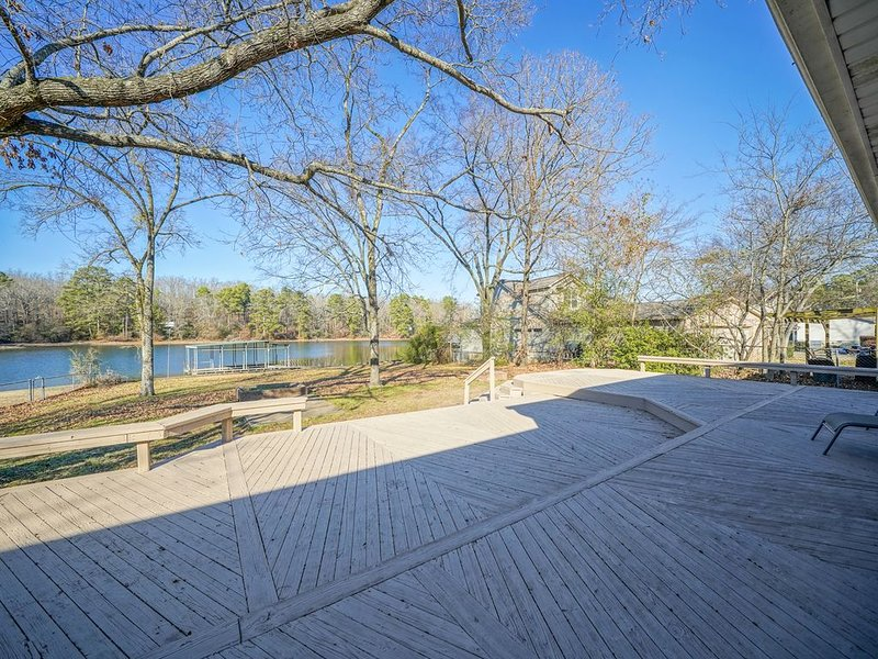 Updated one level Lake Hamilton home on flat lot with large deck and boat dock!, casa vacanza a Bismarck