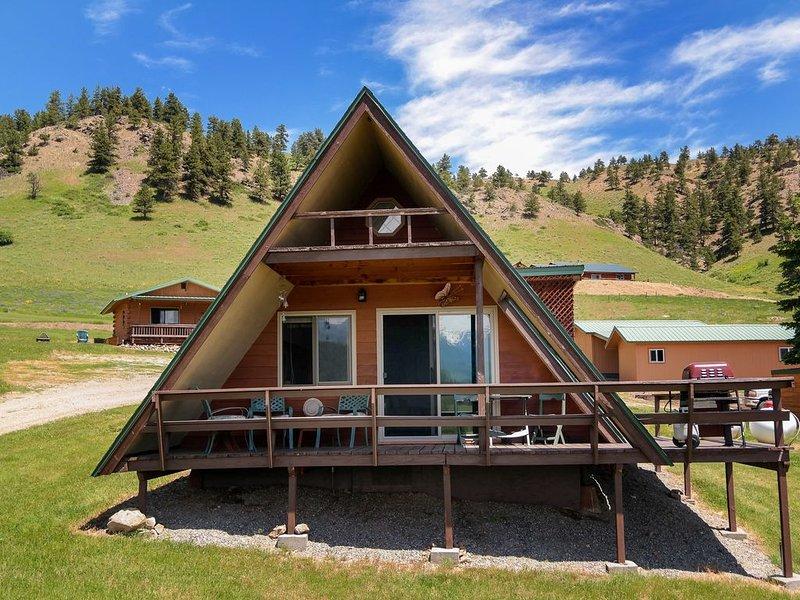 Moose Cabin sleeps 6, Fun Cabin, Majestic Mtn View, Sound of Rushing River below, aluguéis de temporada em Nye