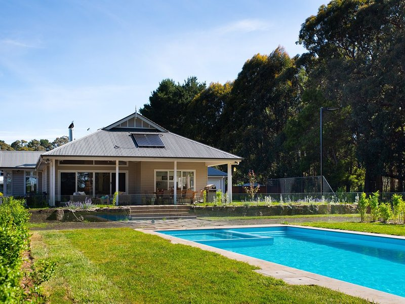 Pool, Tennis Court and more!, holiday rental in Trentham