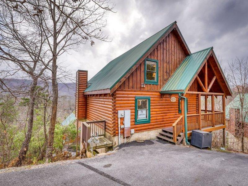 Hilltop cabin w/ hot tub, game room, gorgeous views & resort pool!, location de vacances à Pigeon Forge