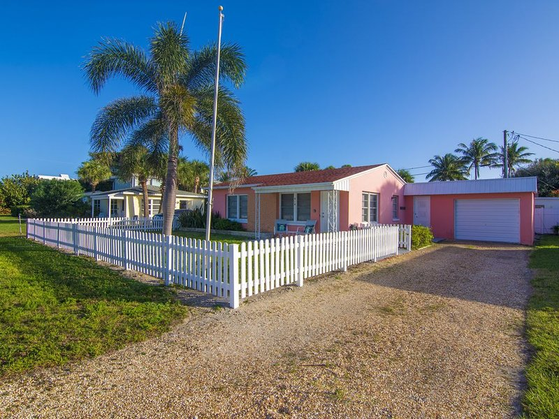 TOTALLY CUTE & SUPER COMFY - CORAL COTTAGE  - Next to South Beach & Park, location de vacances à Vero Beach