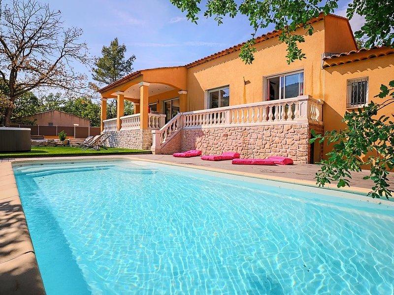 Villa proche de Hyères avec piscine au calme, vue imprenable, holiday rental in Sollies-Pont